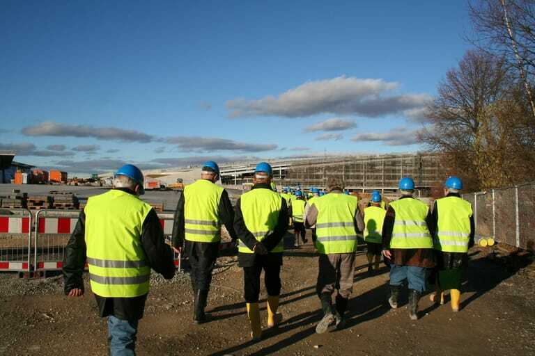 Bauarbeiter in Warnwesten auf der Baustelle