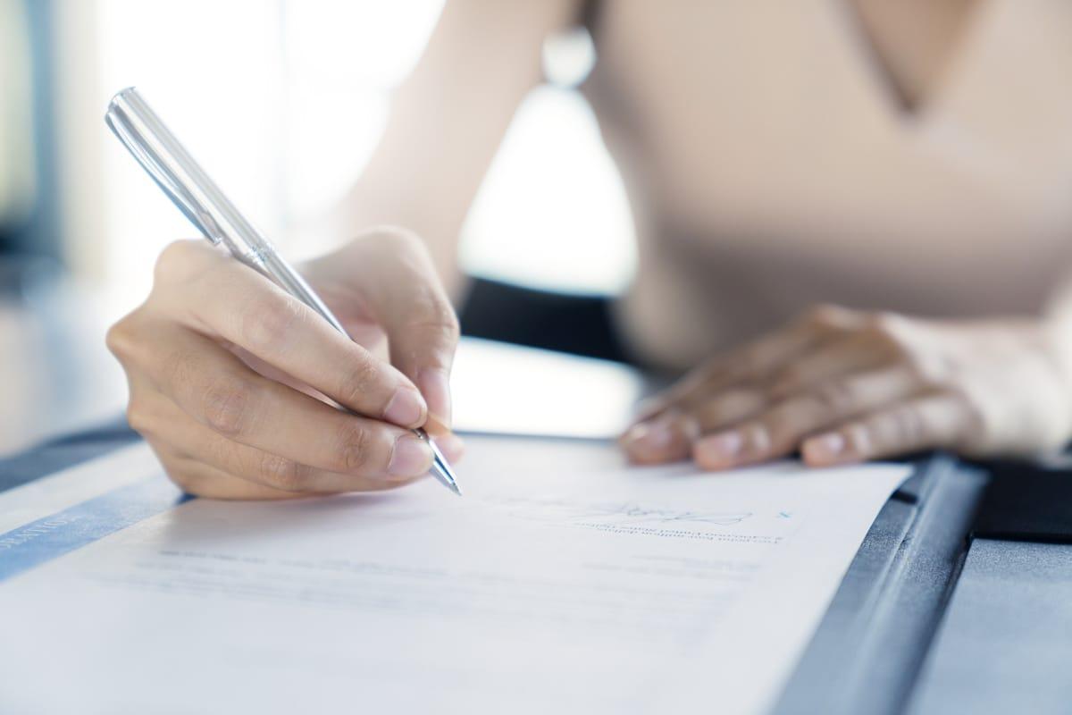 Arbeitsvertrag: Was muss und was sollte drinstehen?