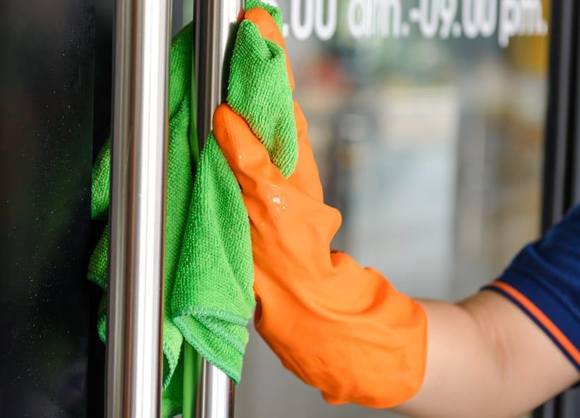 Hygiene im Betrieb: Wie Sie Oberflächen richtig reinigen