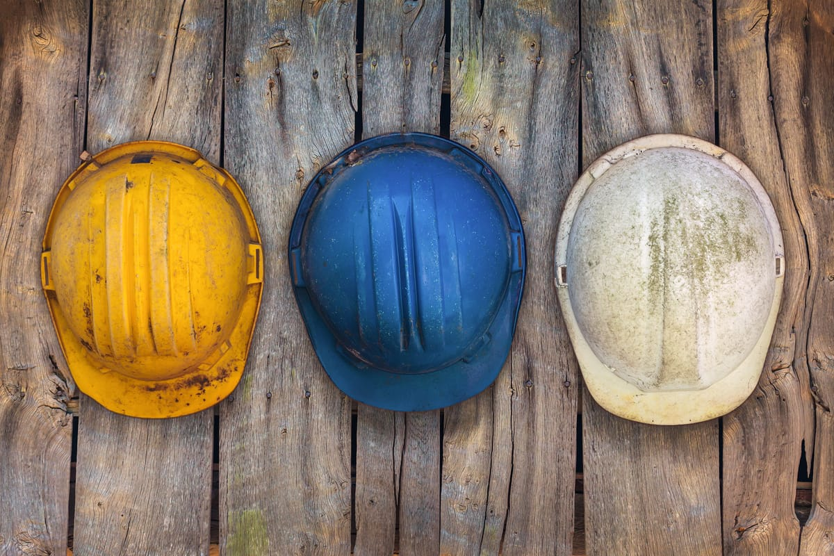 Helmpflicht auf dem Bau: Wann Schutzhelme sein müssen