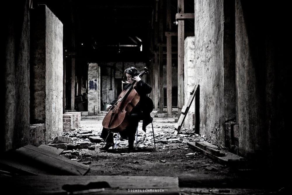 Musikerin in verlassener Kaserne
