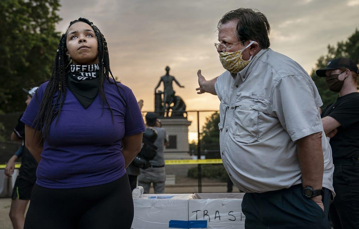 Mann und Frau streiten um ein Denkmal in Washington