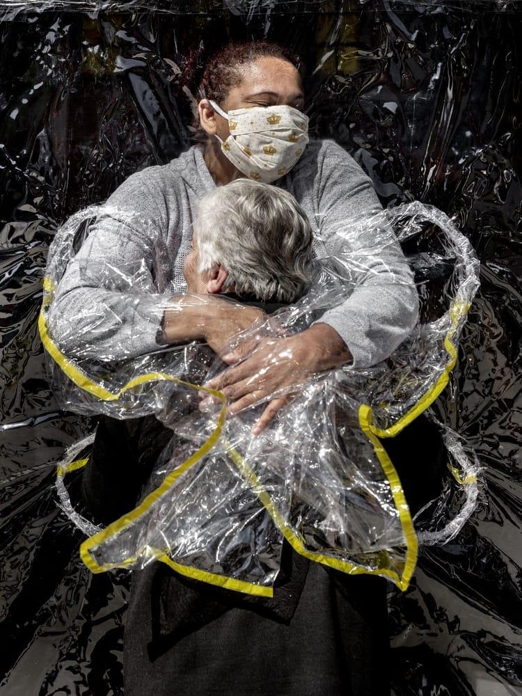Pflegeheimbewohnerin wird durch einen Umarmungsvorhang umarmt