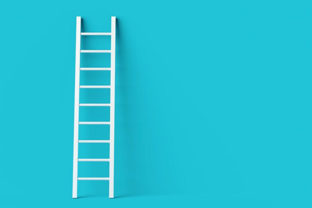 Leiter vor blauem Hintergrund