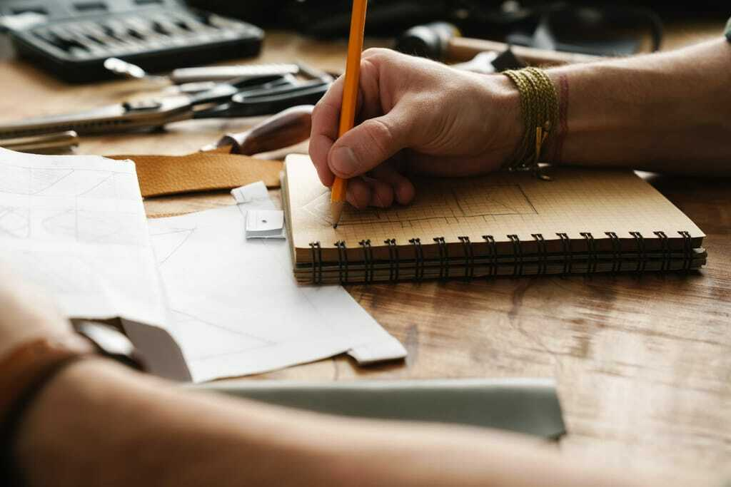 Handwerker zeichnet Skizze