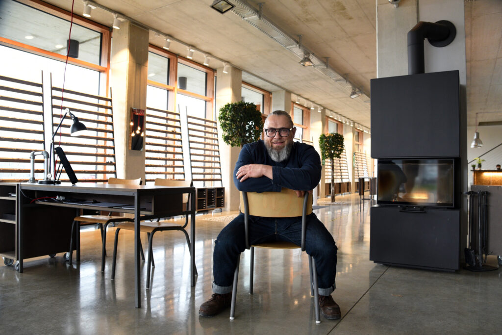 Optiker Dieter Funk sitzt in seinem Showroom in Kinsau