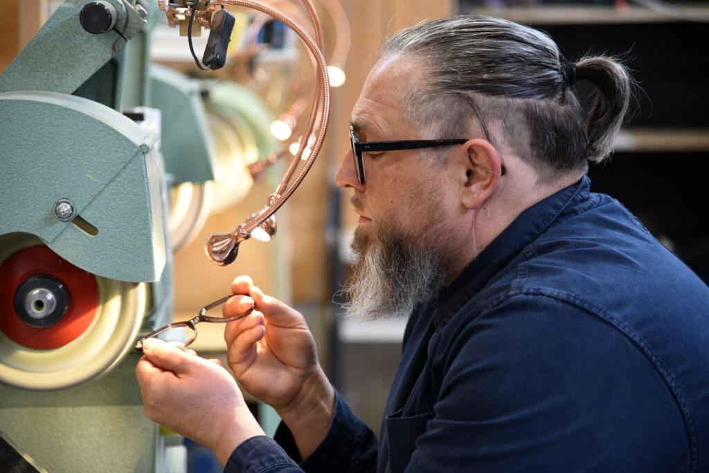 Dieter Funk an der Poliermaschine für Brillen