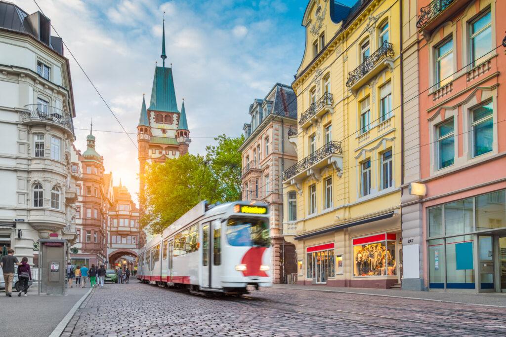 Straßenbahn fährt durch Freiburg im Breisgau.