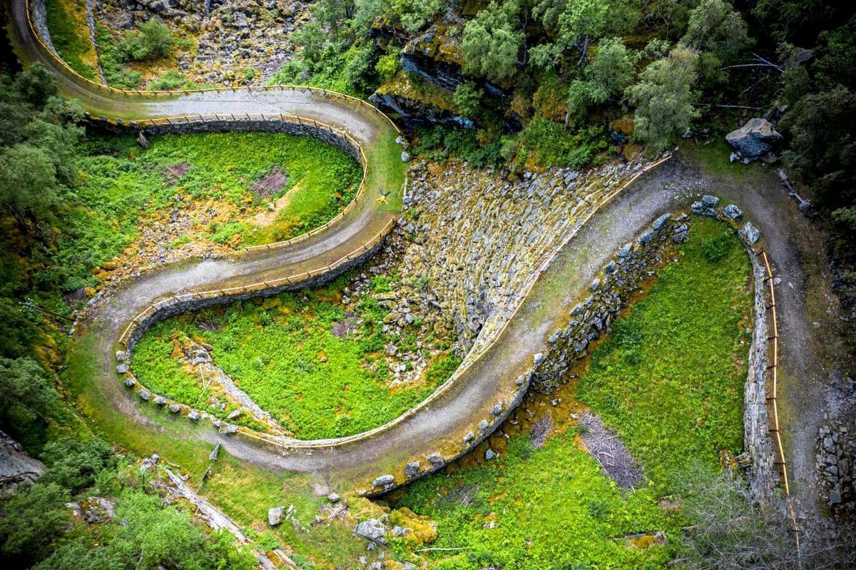 Blick auf die historische Straße Vindhellavegen in Norwegen