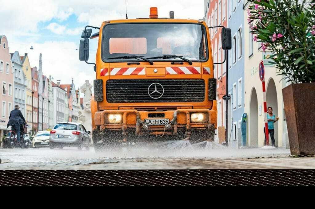 Straßenreinigung nach Unwetter in Landshut