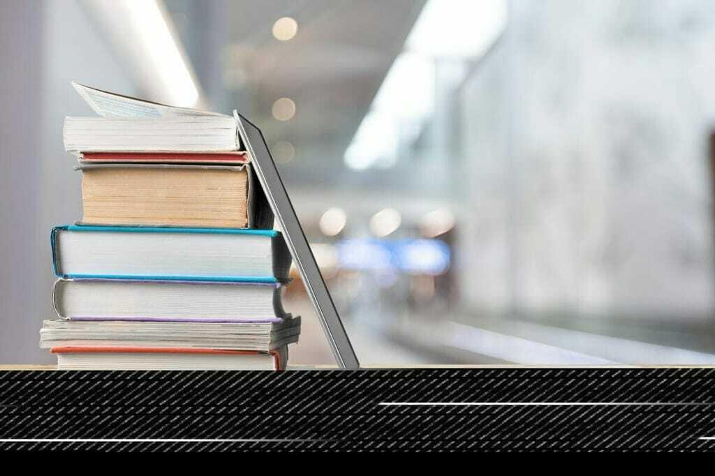 Laptop und Bücher