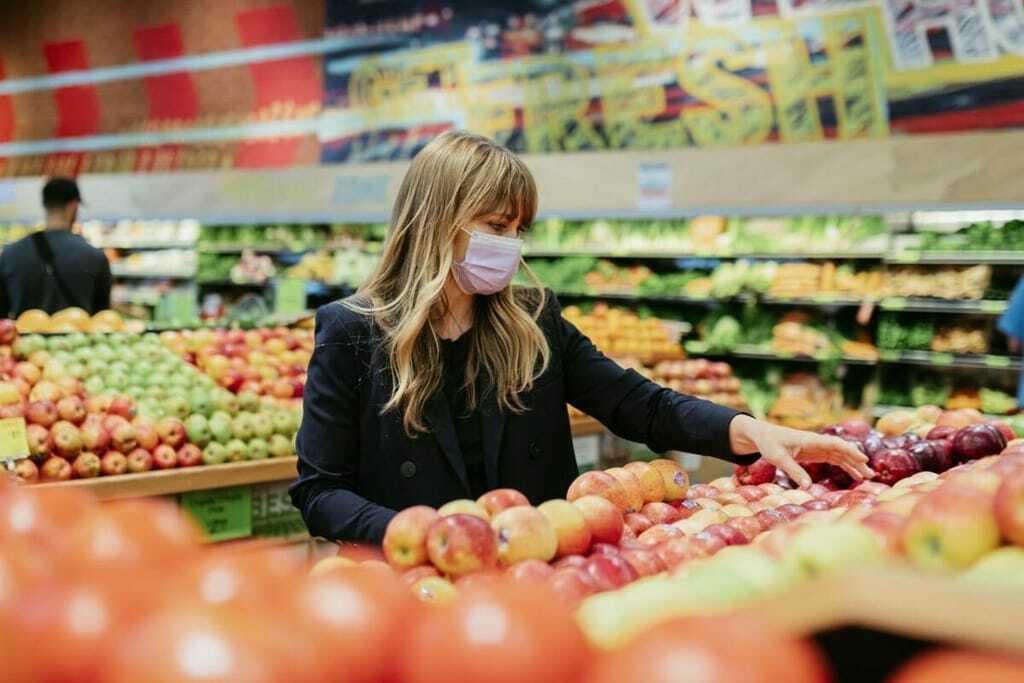 Frau trägt Maske im Supermarkt
