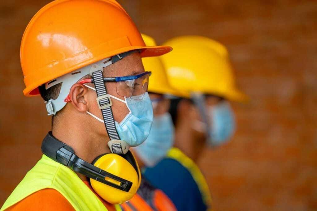 Handwerker mit Maske