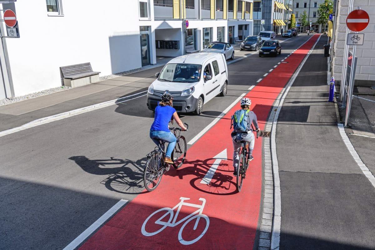 Fahrradfahrer fahren in Einbahnstraße ein