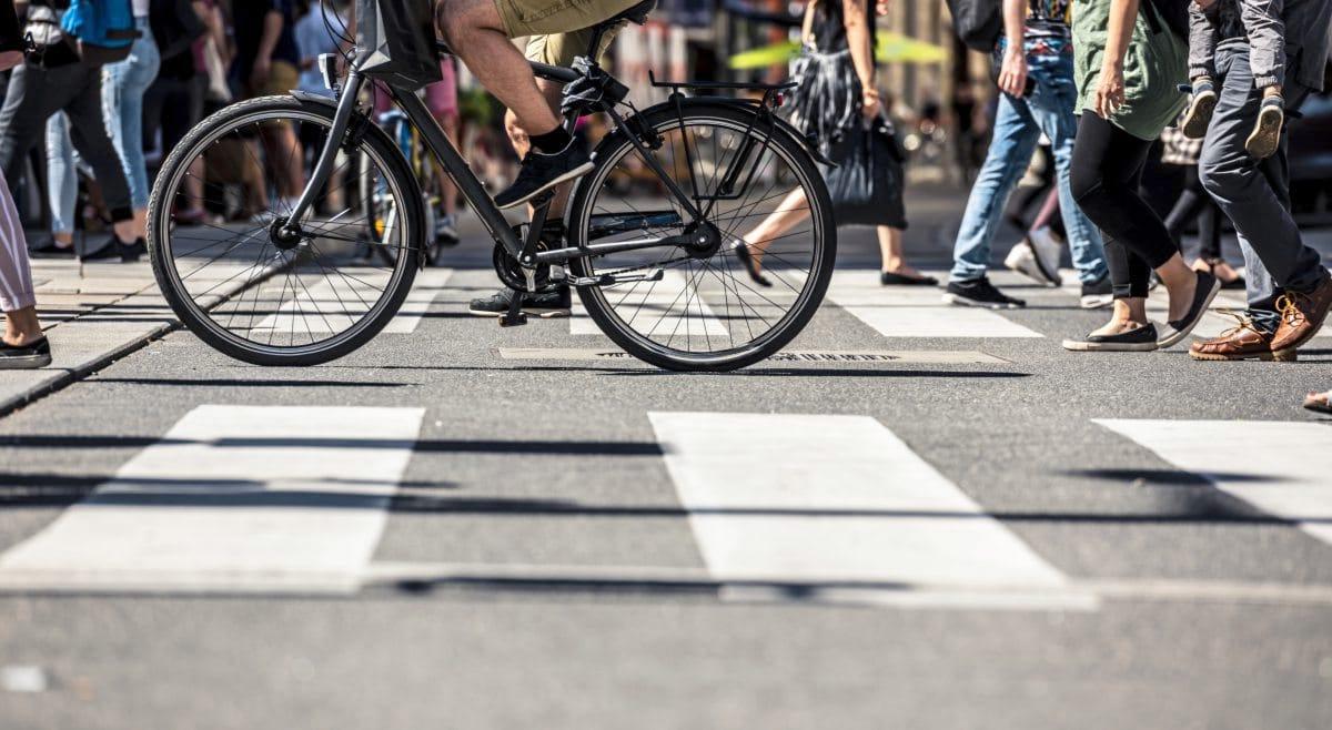 Fahrradfahrer Zebrastreifen