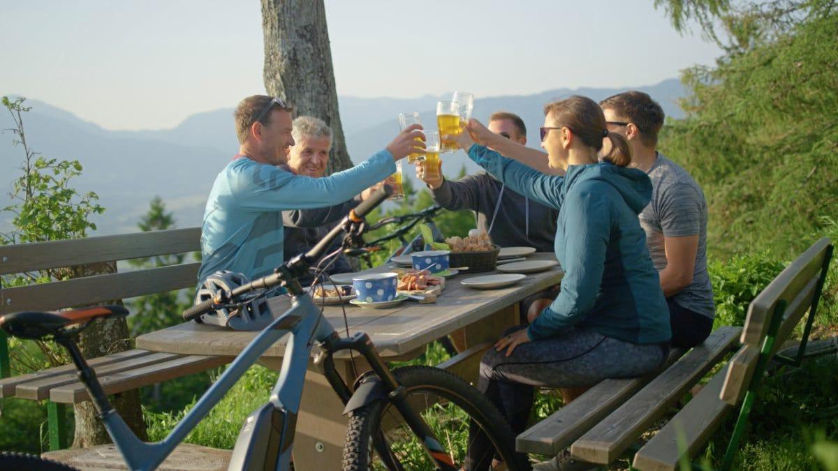 Fahrradfahrer trinken Alkohol