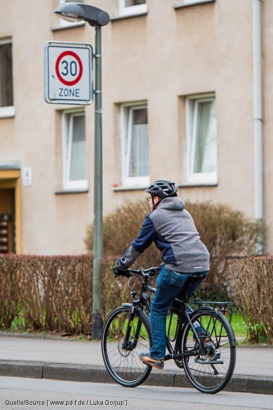 Fahrradfahrer fährt in Zone 30