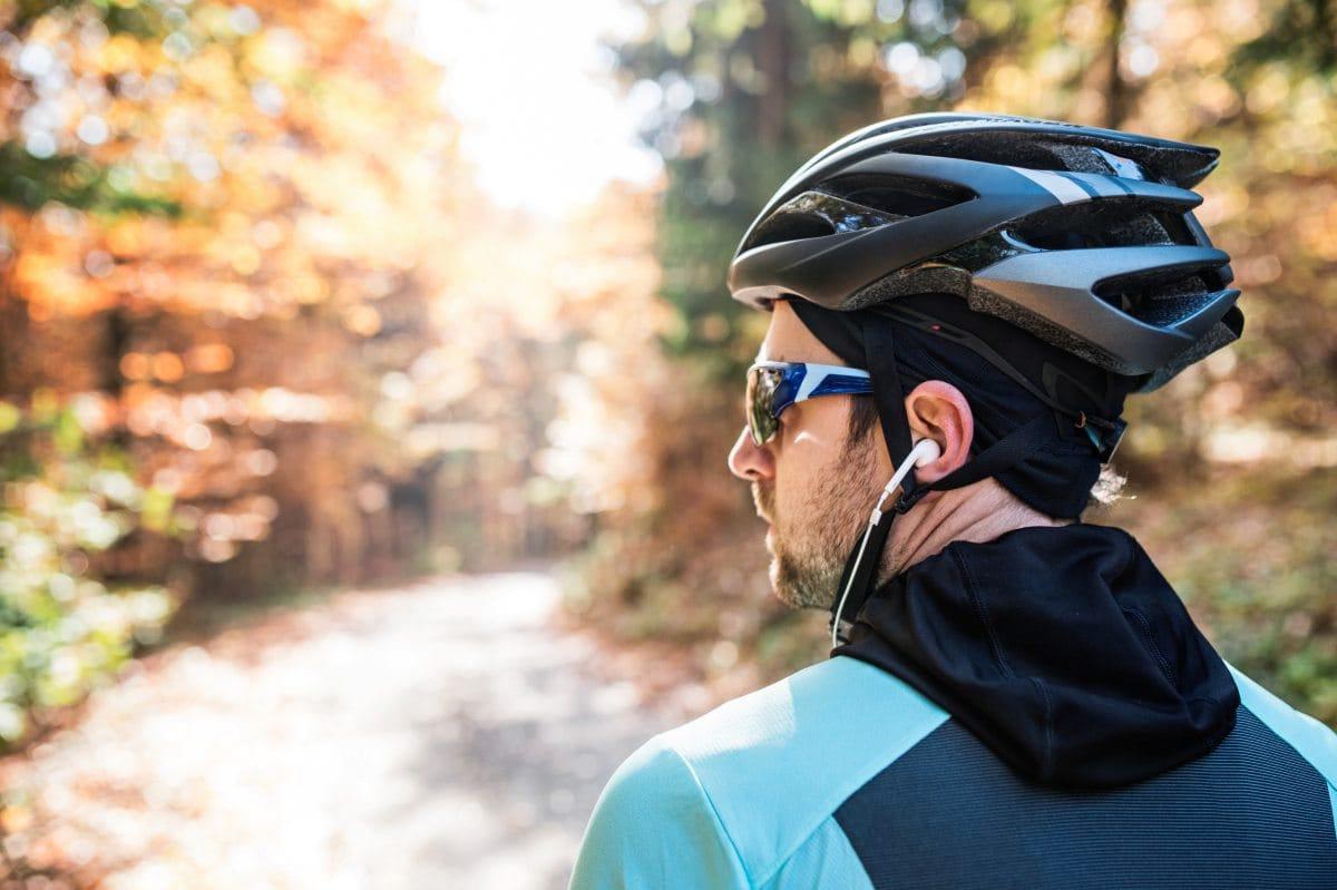 Fahrradfahrer mit Kopfhörern
