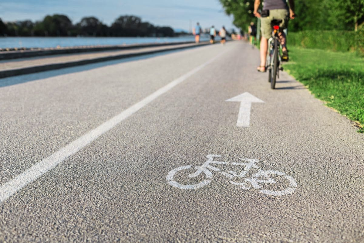 Fahrradfahrer fährt auf Radweg