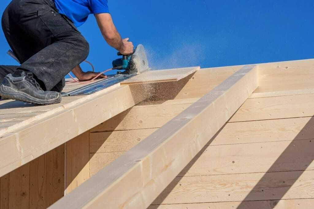 Handwerker arbeitet mit Holz