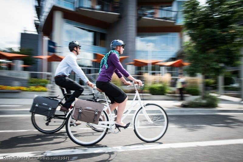 Fahrradfahrer fahren nebeneinander