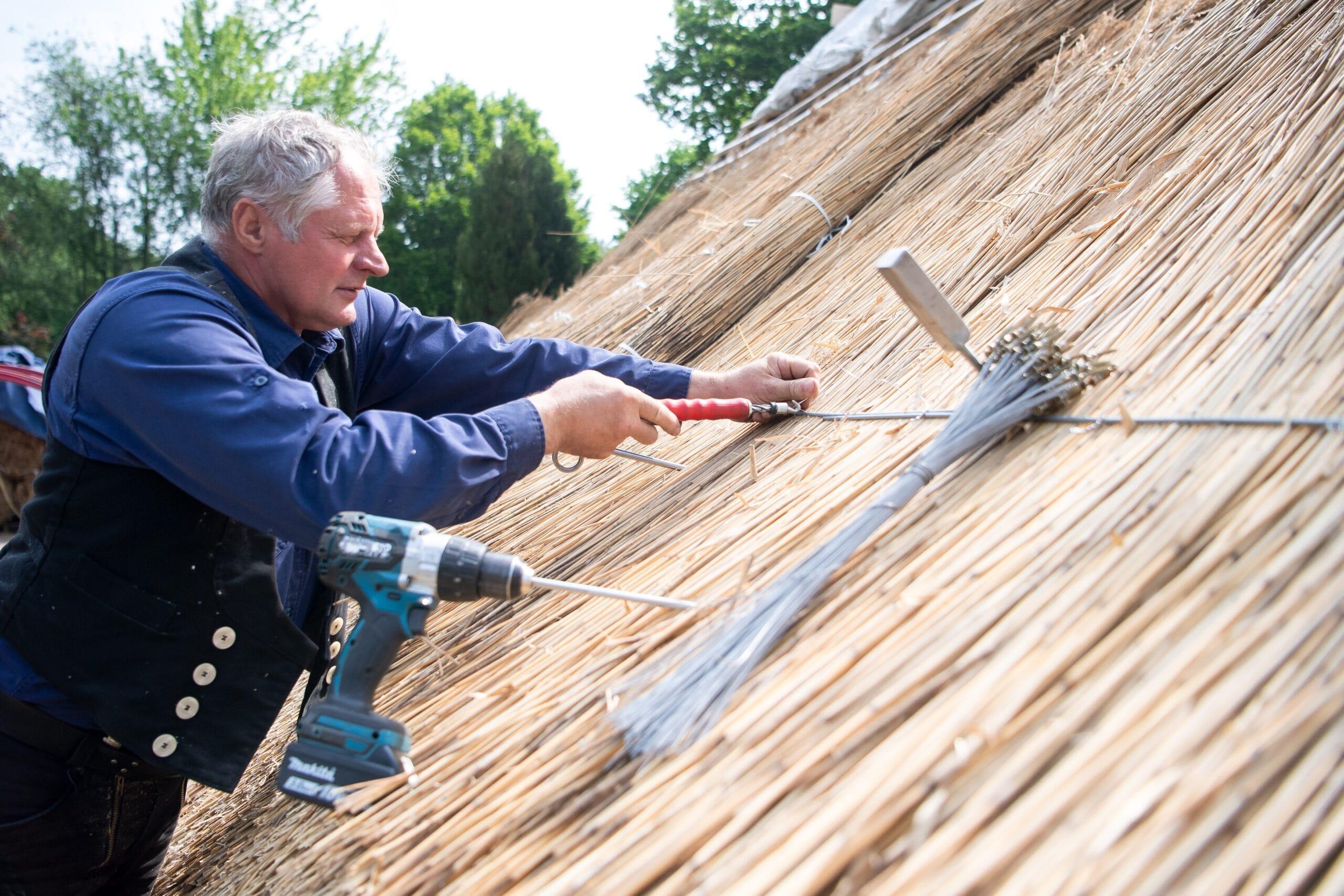 Bis heute werden Reetdächer aufwendig per Hand gefertigt.
