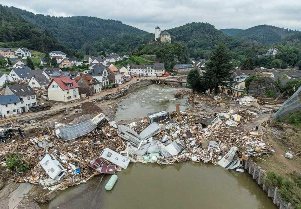 Flutkatastrophe zersörte Straßen und Häuser