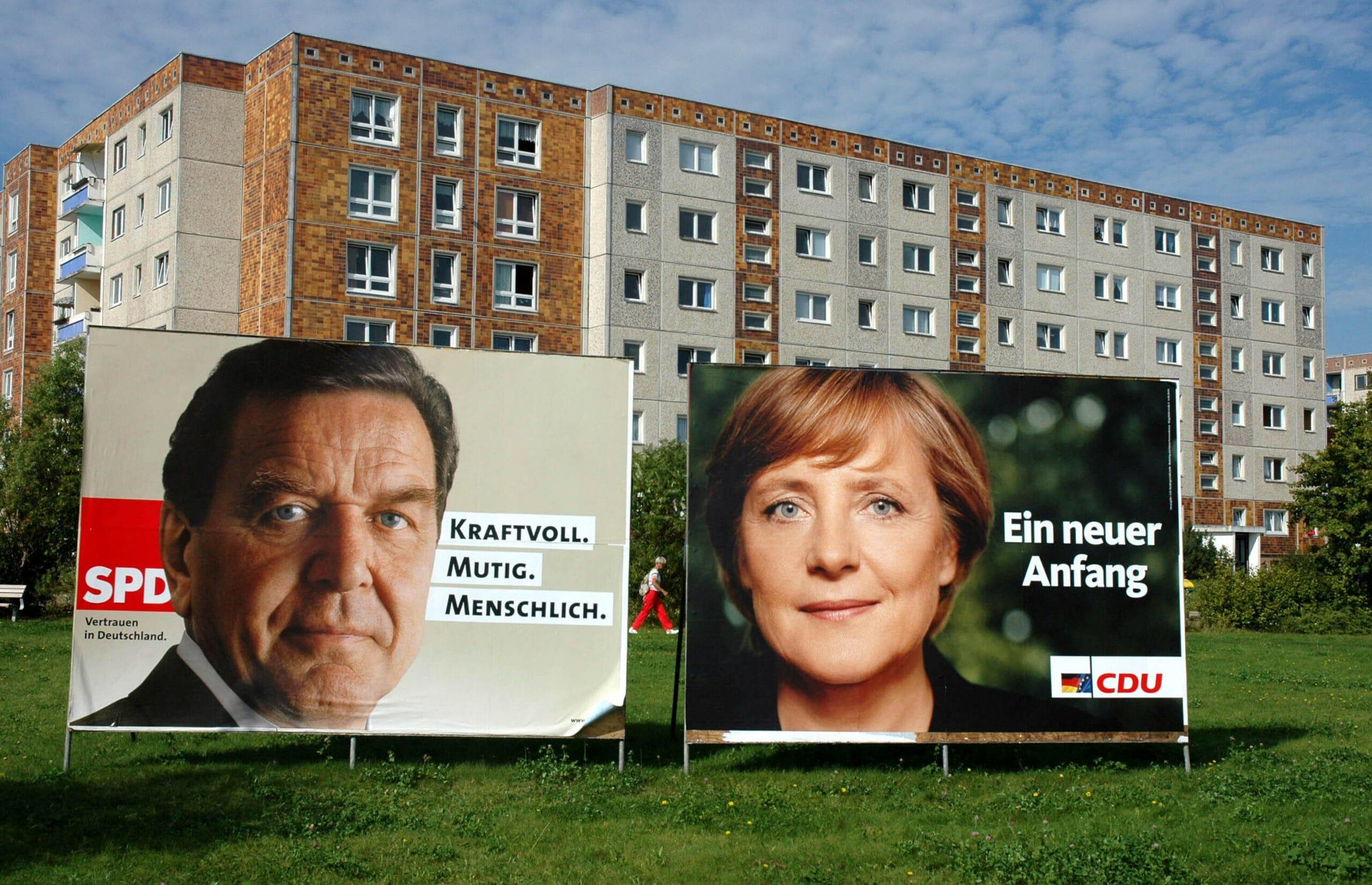 Wahplakate von Angela Merkel und Gerhard Schröder