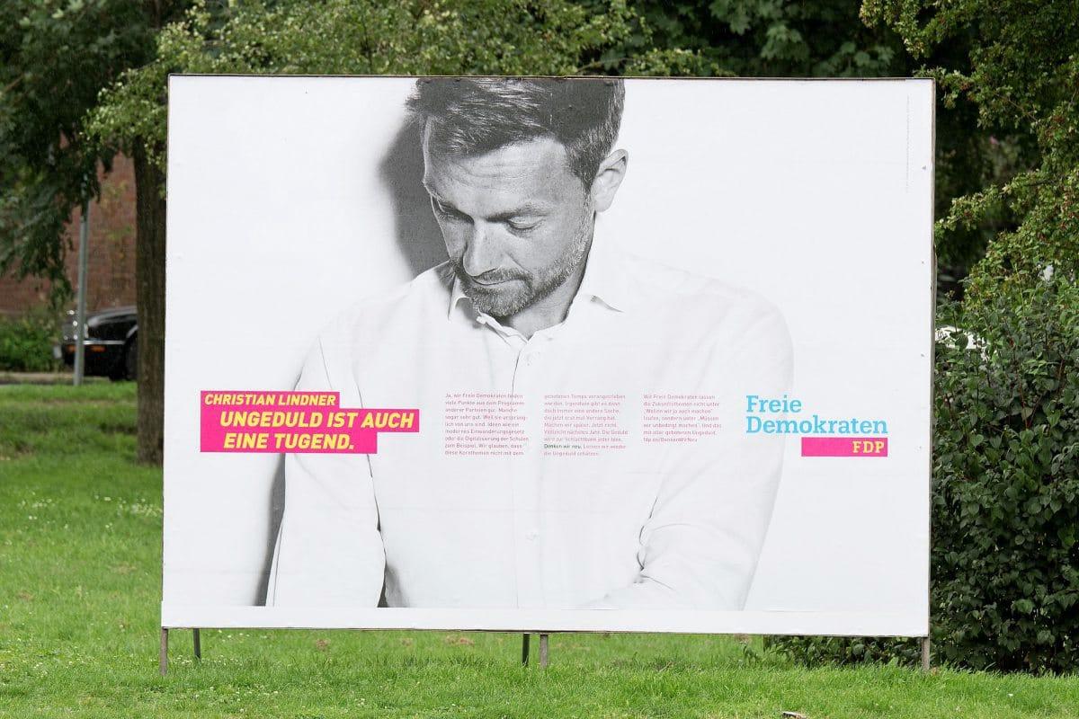 Christian Lindner in schwarz-weiß auf einem FDP-Wahlplakat