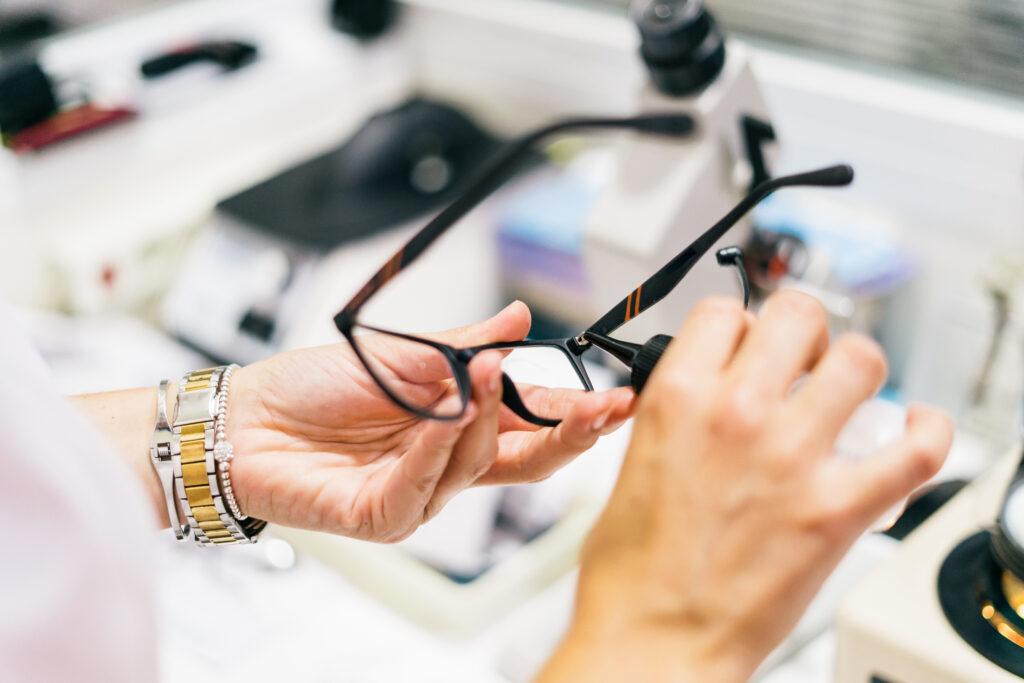 Optiker mit Brille