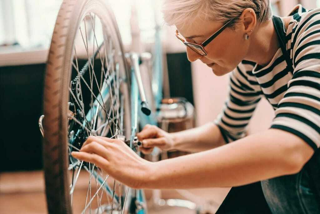 Azubine repariert Fahrrad