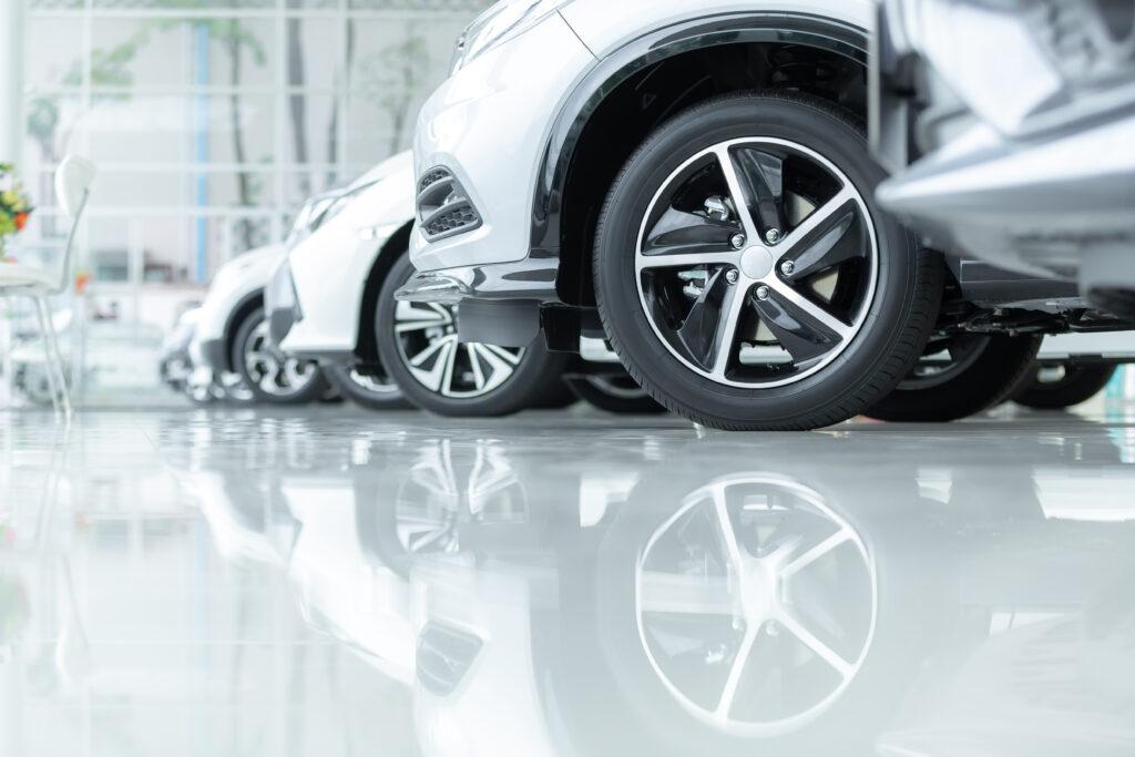 Firmenwagen stehen in einer Reihe im Autohaus
