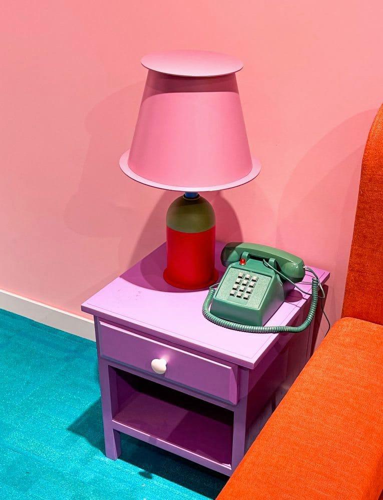 """""""Colour blocking"""" Nachttisch, Lampe, Bett, altes Telefon, Wand und Teppich"""