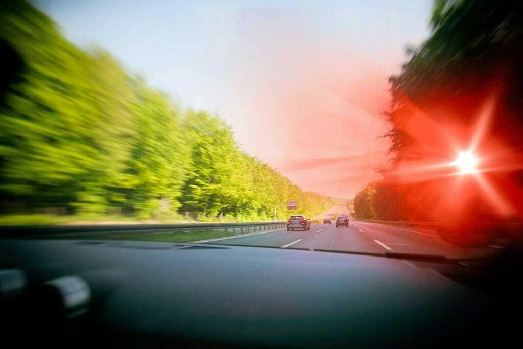 Blitzer fotografiert zu schnelles Auto vom Autoinneren aufgenommen
