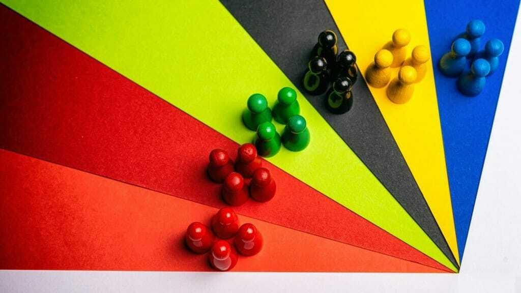 verschiedenfarbige Spielfiguren zur Bundestagswahl