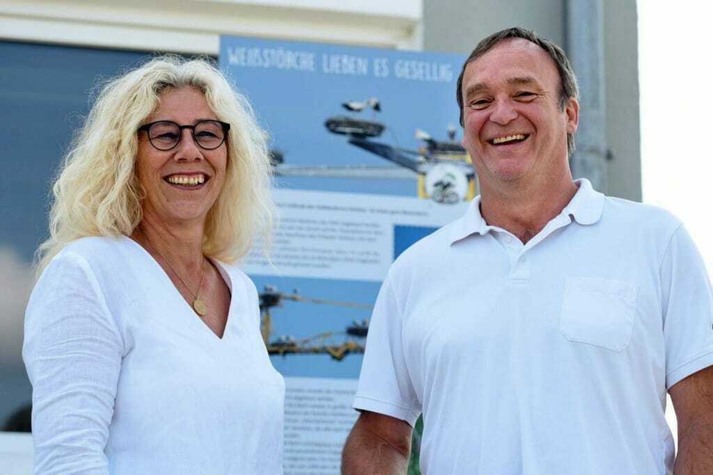 Karin und Markus Holzheu vor der Storchen-Informationstafel