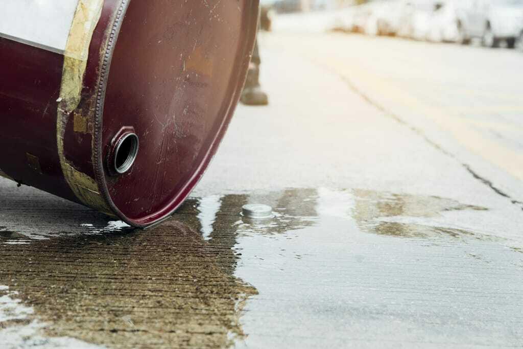 Gefahrstoffe: Öl läuft aus Fass