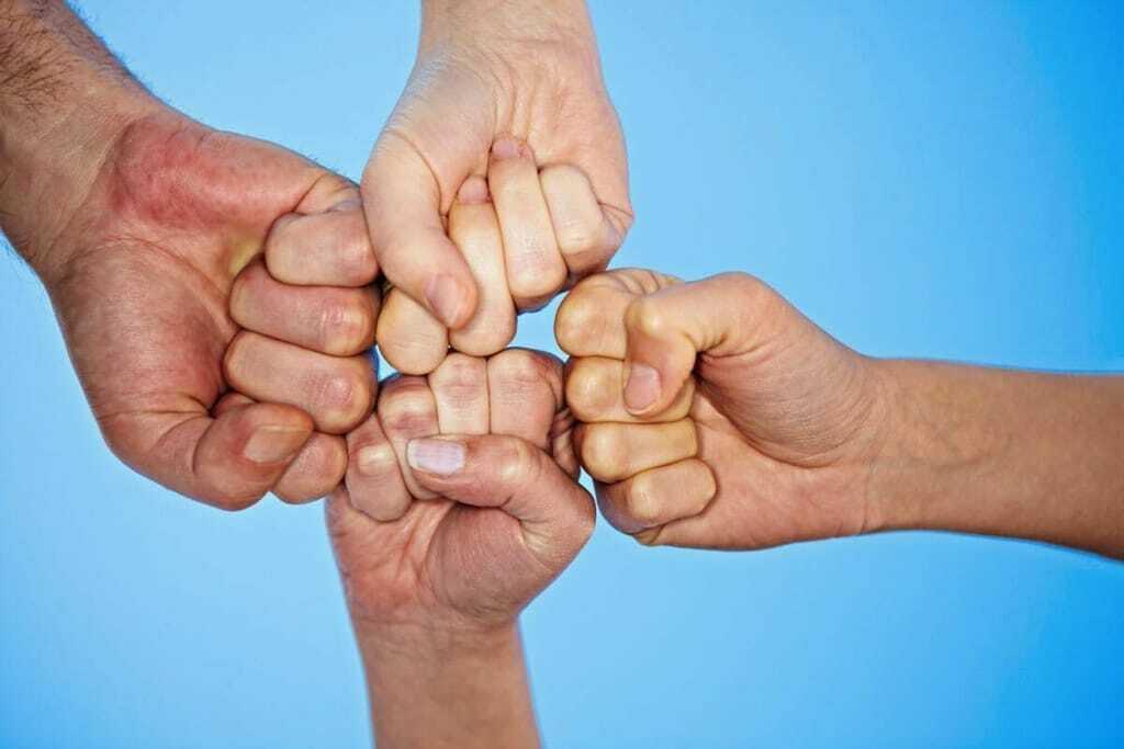 Vier Fäuste werden aneinander gestoßen
