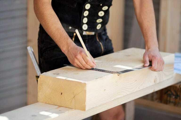 Hände, Winkel, Bleistift und Holz