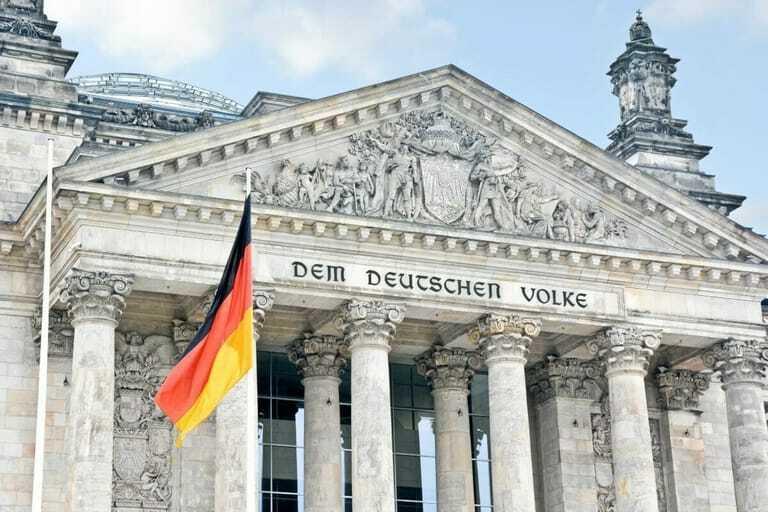 Der Reichstag mit der Deutschlandflagge im Vordergrund