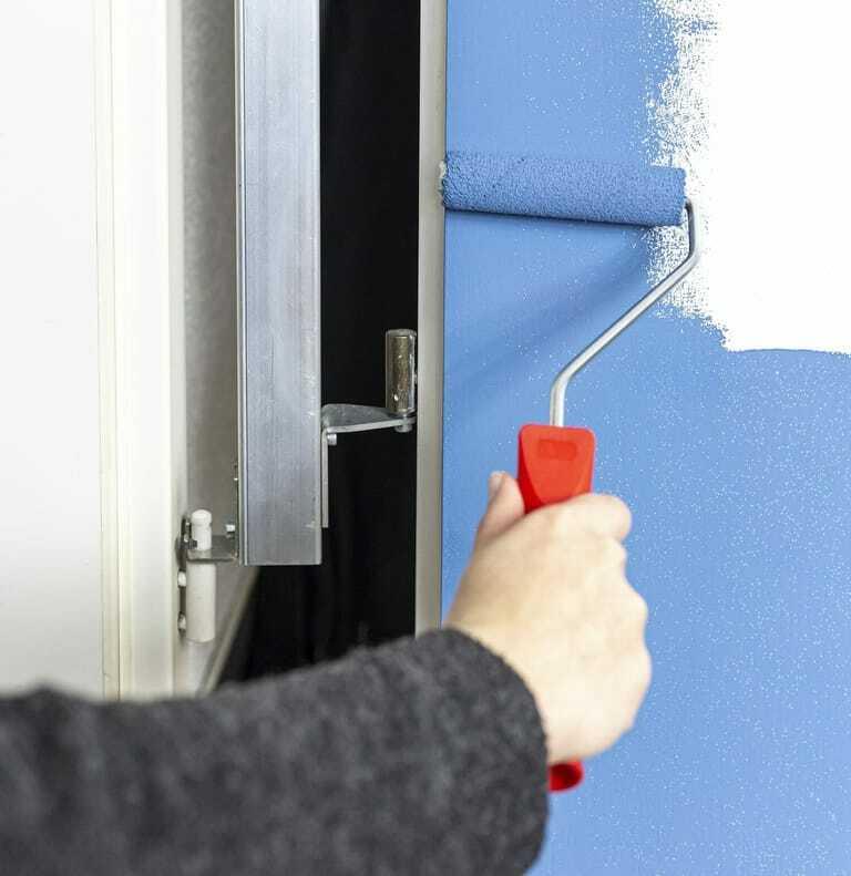 Das Lackierscharnier erlaubt das Streichen von Türen in Hängeposition..