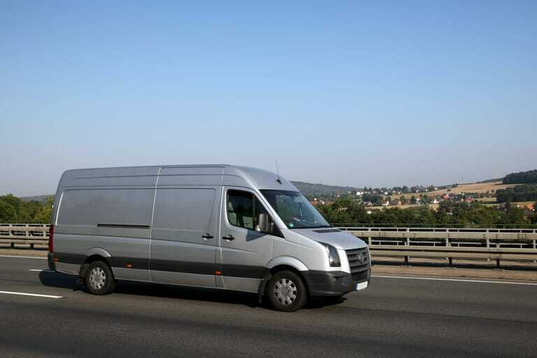 Lieferwagen auf Autobahn
