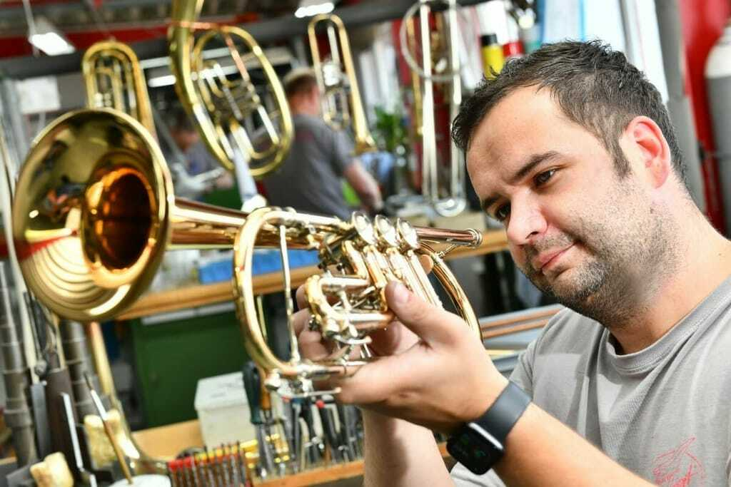 Tommi Kaiser prüft Trompete