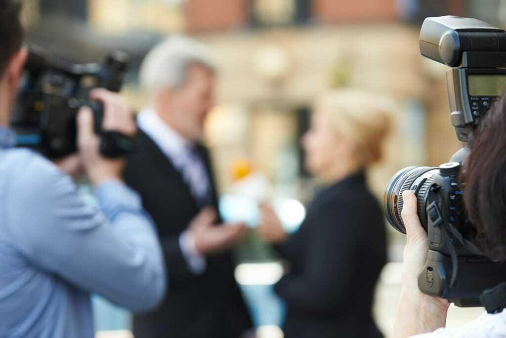 Kamerateam filmt Politiker im Gespräch.