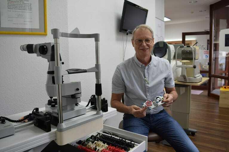 Optikermeister in seiner Werkstatt