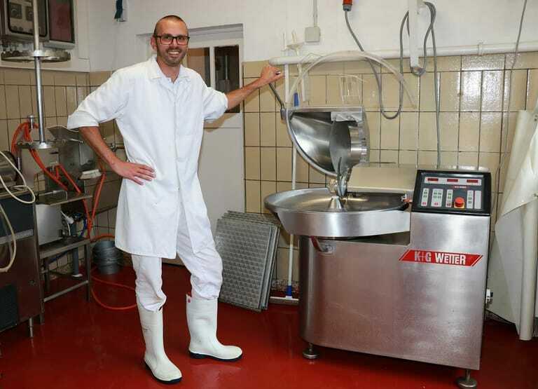 Stefan Vider vor Fleischkutter.