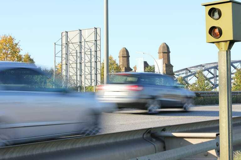 Zu schnell fahrende Autos und Blitzer auf Brücke,